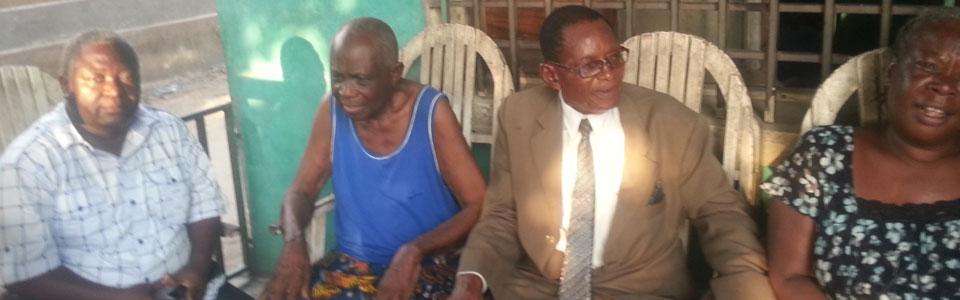 Les fondateurs historiques LUMBU, LUSANGA et MUKOKA au chevet du fondateur historique NKWEDI, malade depuis plusieurs mois.